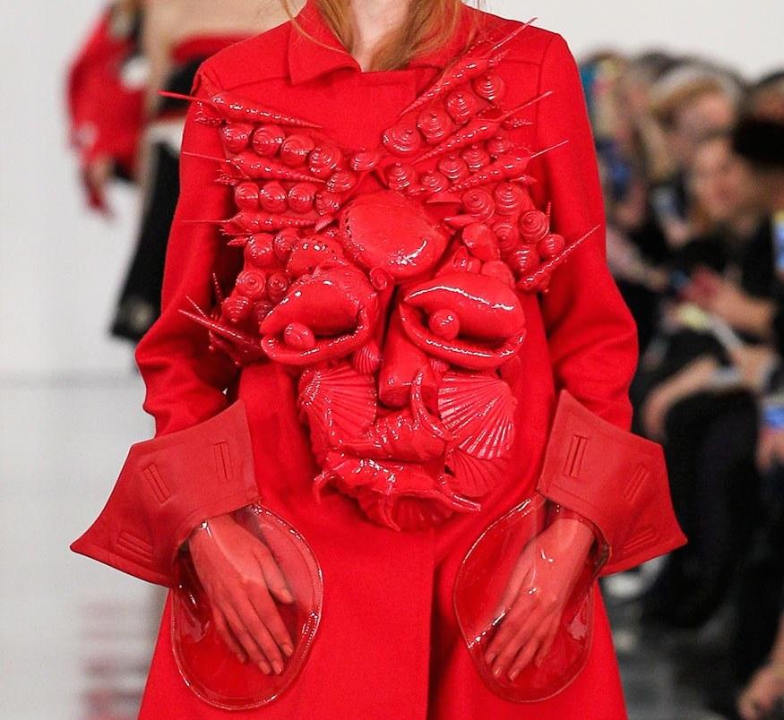 然而如今來到 John Galliano 的巧手,他曾說:「誰說回收衣物一定得是從跳蚤市場裡淘來的邋遢舊衣,它也可以是像貝殼這樣優雅的生物。」