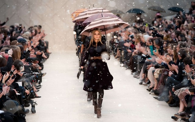 burberry-fashion-show-with-umbrellas