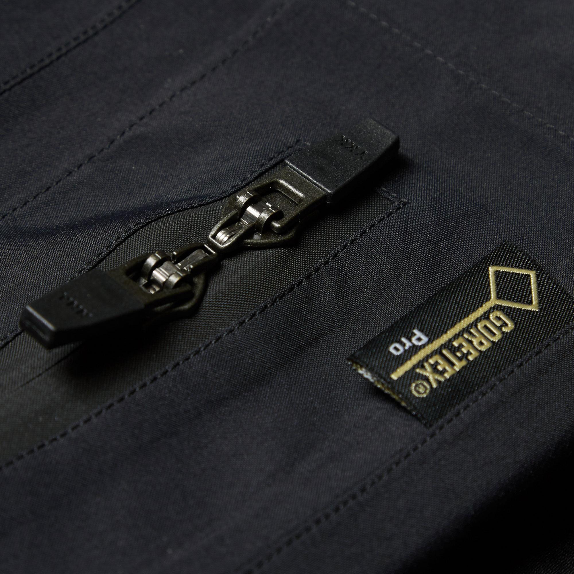 ACRONYM用於外套上的Gore-Tex材質稱為「PacLite」,具有高度的防水功能,鮮少獨立設計師品牌能夠獲准使用這種布料。