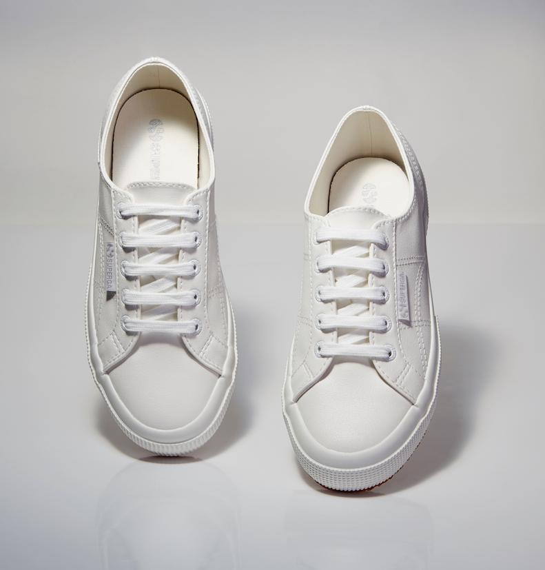 白色鞋身採銀色布標,選用金屬絲線的LOGO,讓低調襯托出都會雅痞