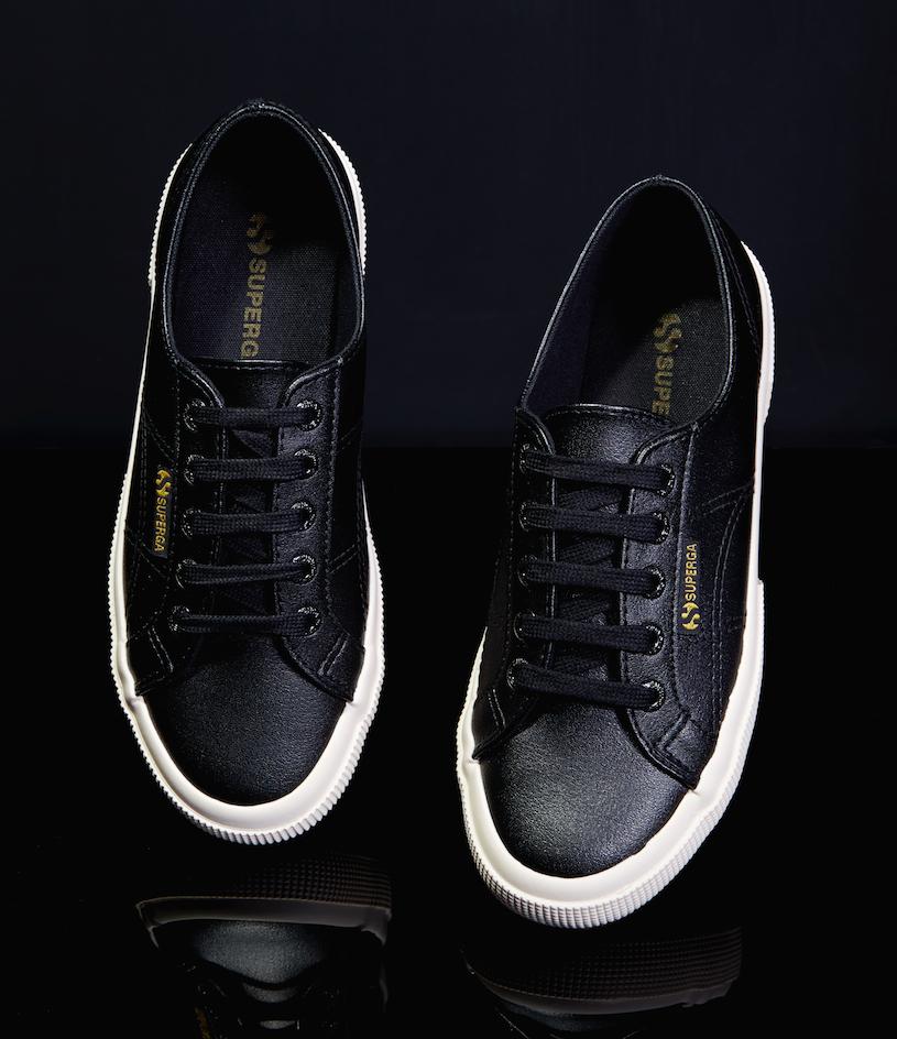 黑色鞋身搭配金色布標,打造出簡潔俐落的風格。