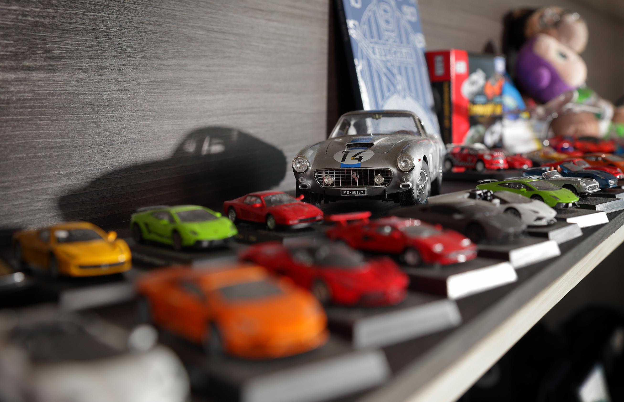 辦公室裡,一台台收藏的模型,點出對於汽車的熱愛。