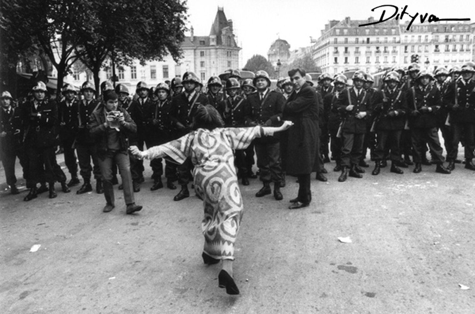 抗議的學生對警察發動挑釁,via keyword-suggestions