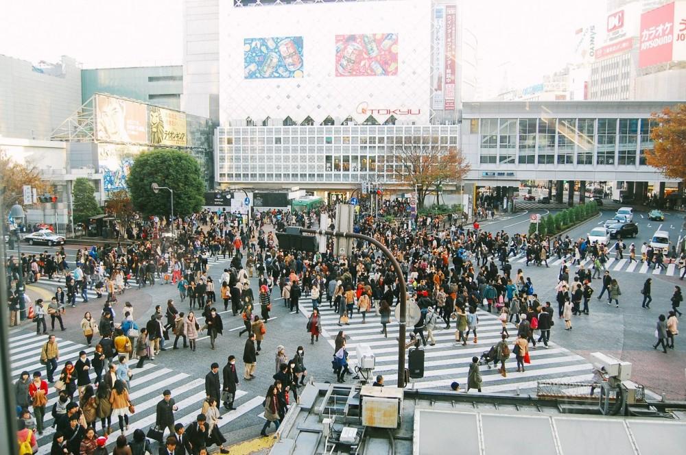 tokyo-menyeberang-shibuya-crossing-92723
