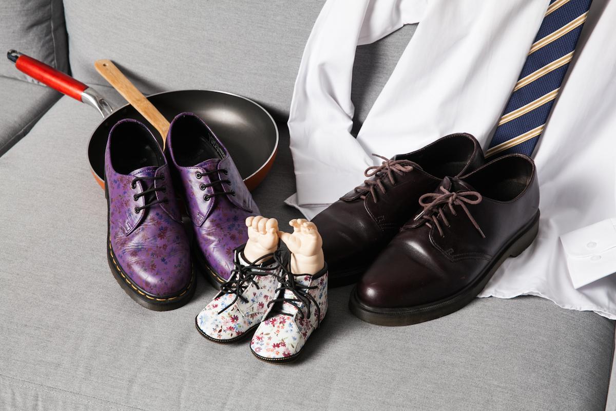將近 20 年前所購入的型號 1460 咖啡色款式,曾經一度被遺忘在鞋櫃深處,但他在三四年前逛街時忽然發現,好像很久沒看到 1460 的棕色系設計配色,回家後特別把翻出來,仔細清理、保養上油之後,老崔深深的認同這依然還是一雙很美、很棒的鞋子!