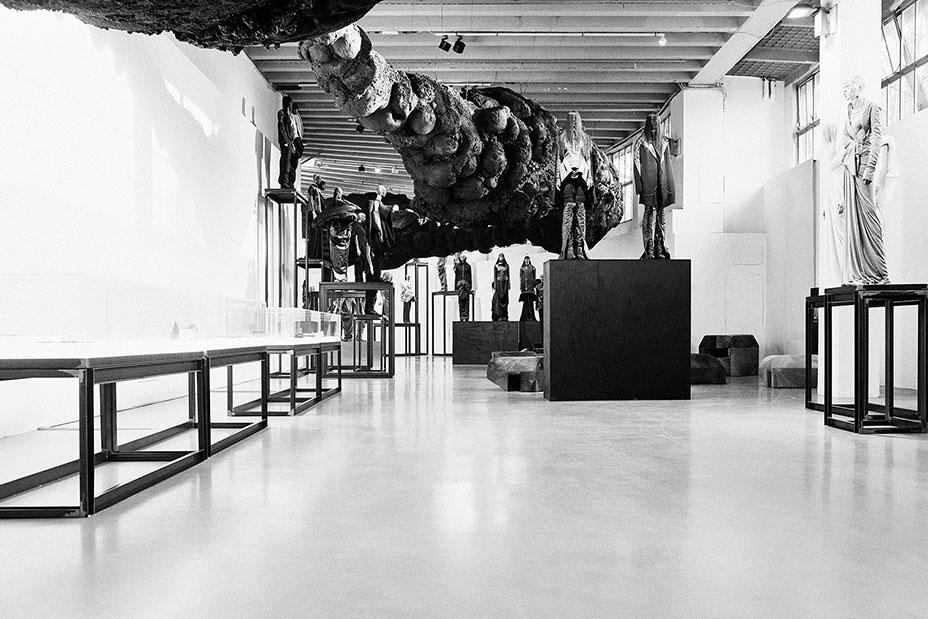 紐約時報稱其雕塑反映了 Rick Owens 對地景藝術家 Michael Heizer 和 Richard Long 作品的好奇。