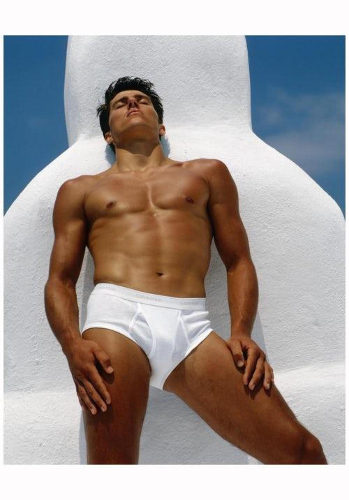 攝影大師 Bruce Weber 拍攝奧運撐竿跳選手 Tom Hintnaus 1982 Calvin Klein 廣告,攝影評論家 Vince Aletti 評「他把運動員變成半神」