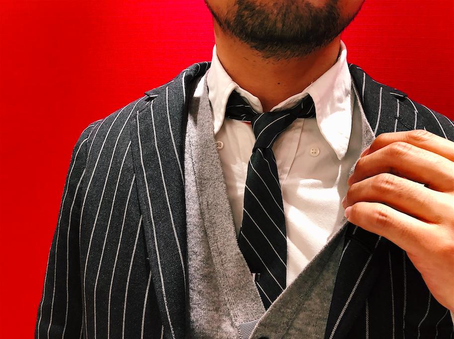 領子尖端的鈕扣絕對不能扣上,領帶結必須打緊