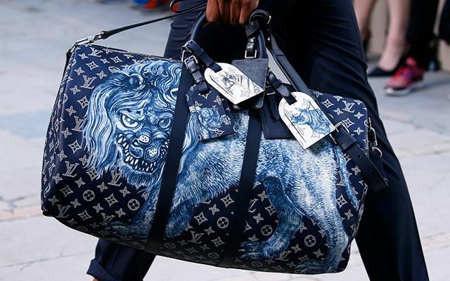 Louis Vuitton x Chapman Brothers「這系列是我去喜馬拉雅取材,因為這是一個有關帶著行李箱到喜馬拉雅旅行的故事,並且遇到了許多奇異動物。然後我覺得沒比 Chapman brothers 更適合畫出牠們的人了,而且我對 Kowaii 也相當有興趣。」