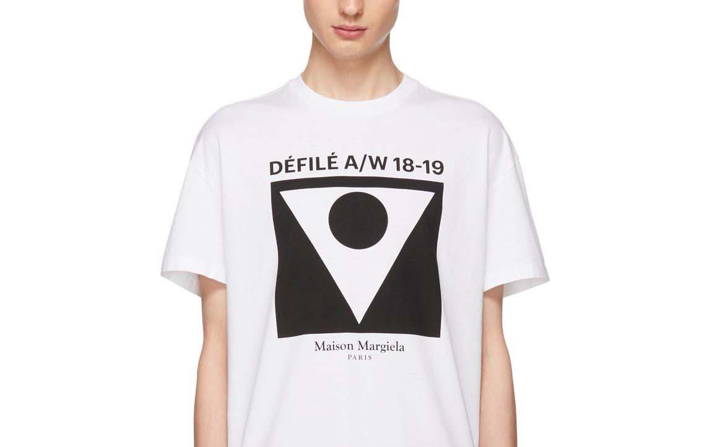 當前該系列第二個重點便是新推出的的倒三角形結合圓形 Logo,John Galliano 說:「這圖案代表了和諧(synergy)。」Vogue Runway 首席評論 Sarah Mower 對它的解讀則是:「Martin Margiela 時裝屋以及 John Galliano 他自己。」
