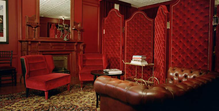 該工作室的內裝是創意總監 Alessandro Michele 的想法延伸和對哈林區豐富歷史的致敬,櫻桃紅的天鵝絨和浮雕天花板,並展示了 Dapper Dan 全盛時期的檔案找片以及復古傢俱,在顧客的作品完成後,每件作品都會附帶一張真品證書。
