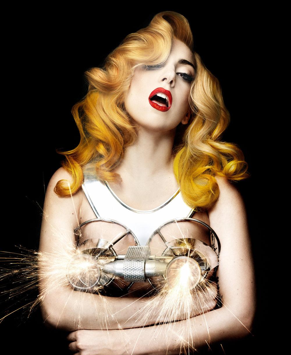 根據 T Magazine 報導表示這霹靂奶罩也是來自 Matthew Williams 的靈感