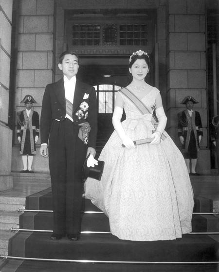 1959年,未來的明仁皇後美智子邀請Dior 品牌為她設計三款西式婚禮禮服