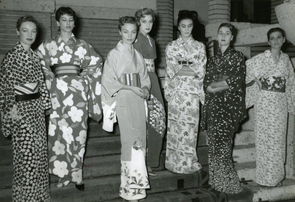 1953年,日本首次舉辦了品牌的秋冬季高級定制系列時裝秀,日本國民很快便被時裝設計大師的作品所折服。在這次旅行中,蒙田大道 30 號的女模們從巴黎遠道而來,並身著日本的傳統和服,展現了日本女性魅力與巴黎優雅風情的完美交融。