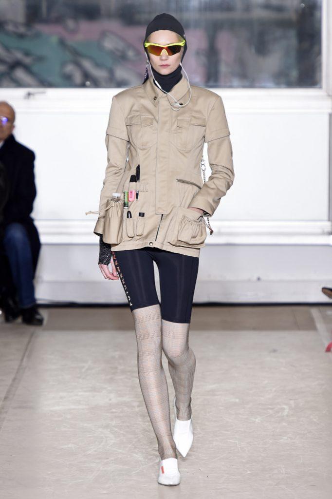 「什麼是外套?是有關真實生活的實用性,」其外套附加了多樣性口袋,你可以放水壺,可以放口紅,甚至可以放地鐵票,其看起來像是一個為世界末日後精心製作的生存包。